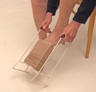 Надевание компрессионного чулка с помощью батлера